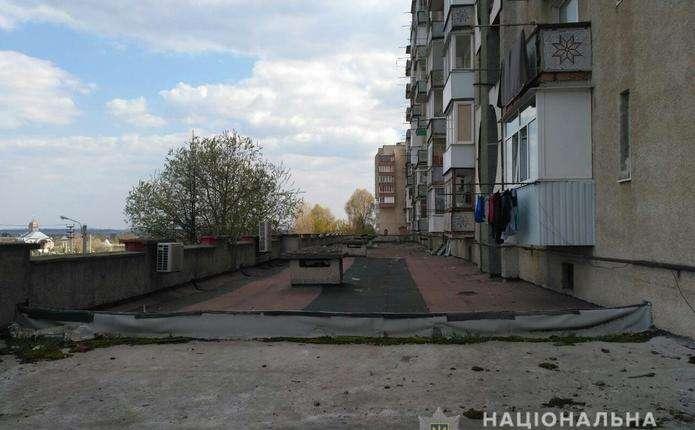 На Буковині на даху прибудови до багатоповерхівки виявили тіло померлого чоловіка