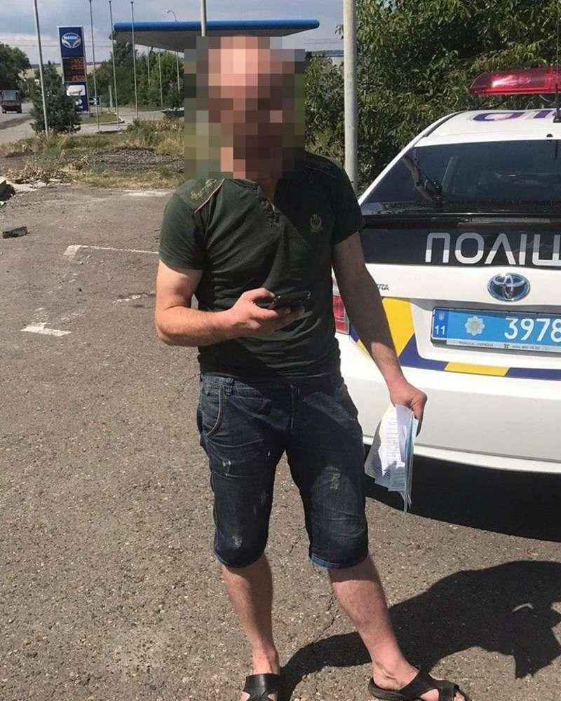 На Хотинщині затримали водія, який керував автівкою напідпитку і лаяв патрульних