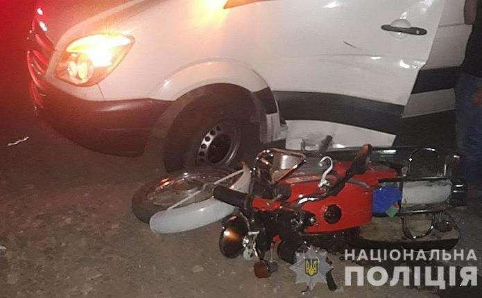 У селі Панка на Буковині не розминулися бус і мотоцикл