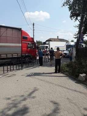 У Кіцмані люди перекрили дорогу і вимагають ремонту автошляхів