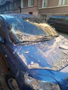 У Чернівцях обвалився фасад будинку і потрощив авто