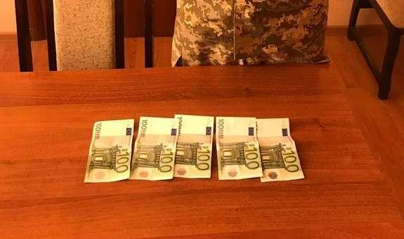 """Результат пошуку зображень за запитом """"Прикордонника спіймали на хабарі в 500 євро"""""""