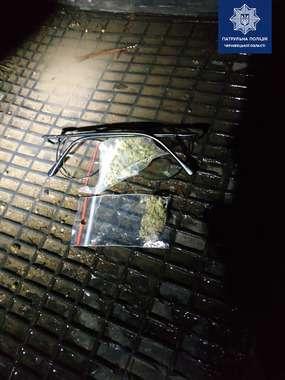 У Чернівцях у водія-порушника патрульні знайшли 14 пакетів з наркотиками