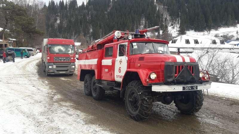 Рятувальники відбуксирували дві вантажівки у Путилі