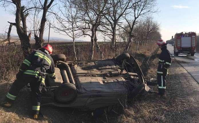 На Буковині перекинувся ВАЗ, постраждали двоє людей