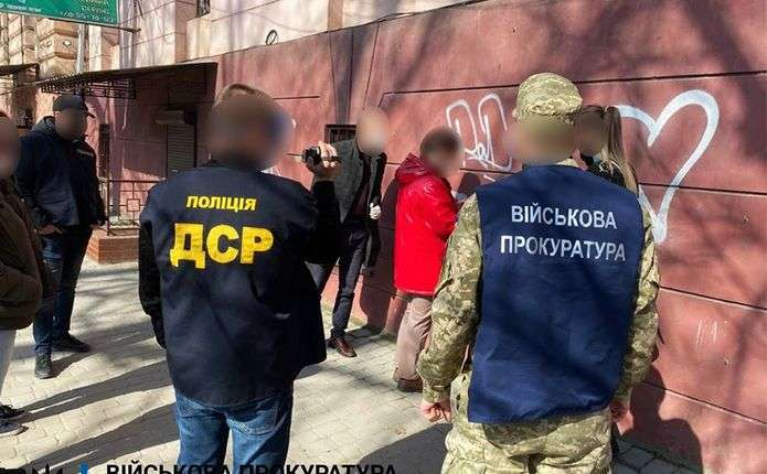 Затримали голову комісії Чернівецького військкомату на хабарі у 1000 доларів