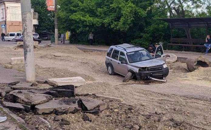 У Чернівцях п'яний водій намагався проїхати розритою дорогою і врізався у бетонний блок