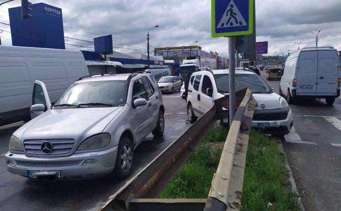 ДТП біля Калинівського ринку у Чернівцях: автомобіль в'їхав у відбійник