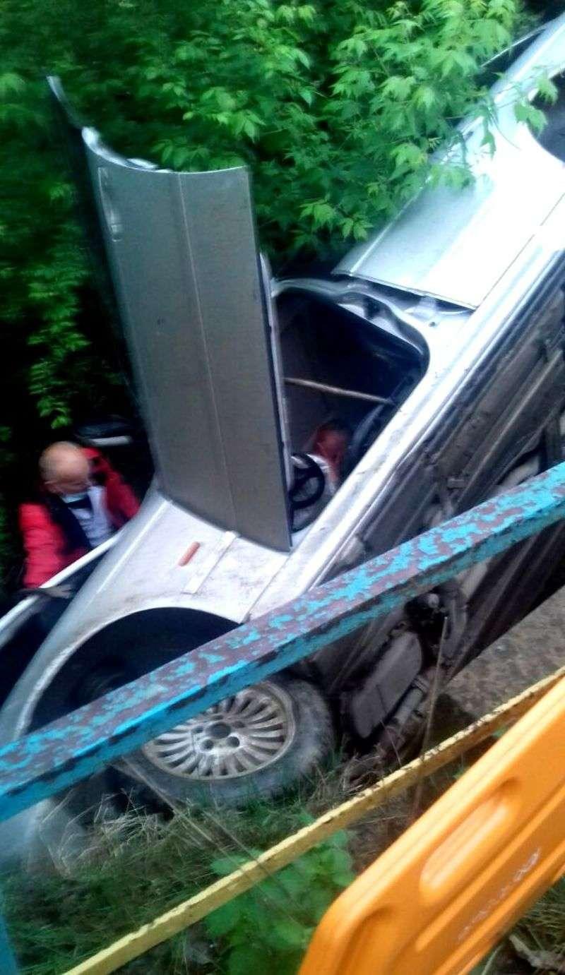 На Хотинщині автомобіль з водієм перекинувся і впав з містка