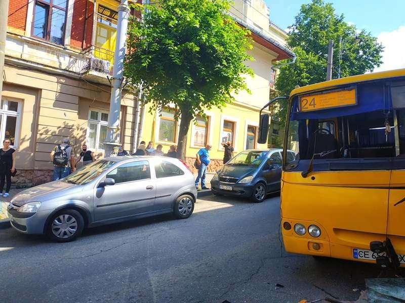 ДТП у центрі Чернівців: маршрутка врізалася у стовп