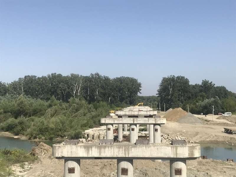 На Буковині продовжують будувати міст через р. Прут