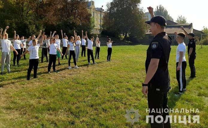 Упродовж вересня для дітей на Буковині проводили зарядку з поліцейським