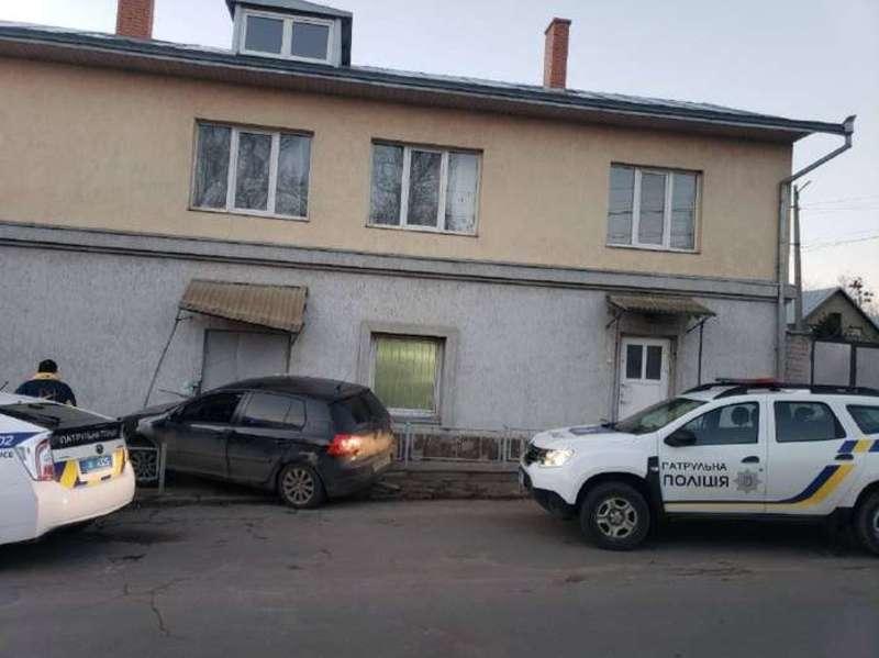 У Чернівцях на вулиці Зеленій п'яний водій врізався у житловий будинок