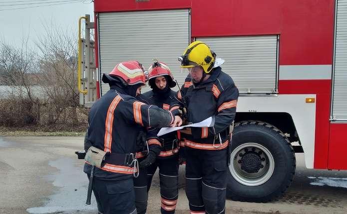 Вогнеборці гасили умовні пожежі у ДНЗ в Новоселиці та Кельменецькій ЦРЛ