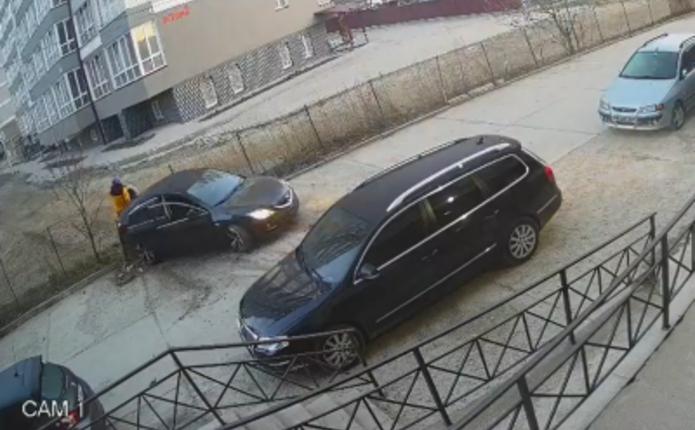 У Чернівцях Mazda на великій швидкості протаранила паркан і врізалася у припарковане авто