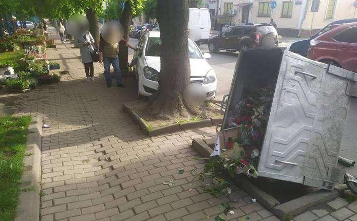 Ще одна аварія у Чернівцях: авто протаранило огорожу і в'їхало в дерево