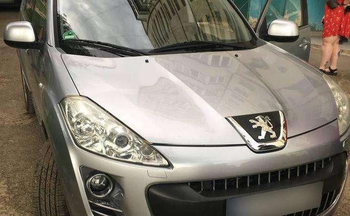 У Чернівцях журналістці місцевого телеканалу пошкодили гальма автомобіля