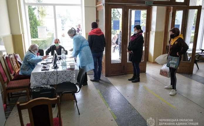 Центр масової вакцинації у Сторожинці працює у приміщенні міськради